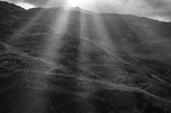 Paesaggio in bianco e nero dei raggi di Sun e della montagna Immagini Stock Libere da Diritti