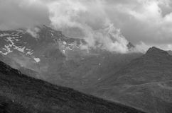 Paesaggio in bianco e nero della montagna e delle nuvole Immagini Stock Libere da Diritti