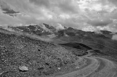 Paesaggio in bianco e nero delle montagne e delle nuvole Immagine Stock Libera da Diritti