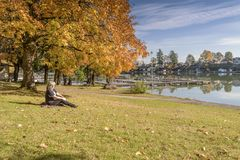 Paesaggio blu Oregon di autunno del parco del lago Immagine Stock