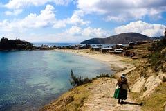 Paesaggio boliviano con la donna nel lago di titicaca Immagini Stock Libere da Diritti