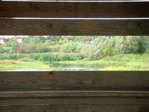 Paesaggio bucolico visto dall'interno di una casa di legno per l'avvistamento degli uccelli roma L'Italia Fotografie Stock