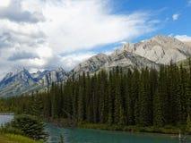Paesaggio canadese con il fiume e Rocky Mountains del turchese Fotografia Stock Libera da Diritti