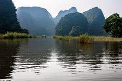 Paesaggio carsico nella baia di Halong della terra Immagini Stock
