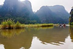 Paesaggio carsico nella baia di Halong della terra Fotografie Stock Libere da Diritti