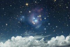 Paesaggio celeste scenico Cielo stellato su un fondo della c bianca fotografie stock libere da diritti