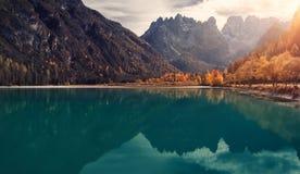 Paesaggio che di autunno il sole splende attraverso il grande lago maestoso Landro del gruppo di Cristallo delle dolomia delle mo Fotografia Stock