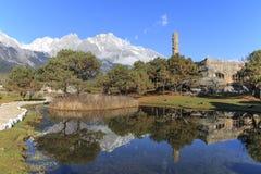 Paesaggio cinese con Jade Dragon Snow Mountain nel Yunnan su fondo Fotografie Stock Libere da Diritti