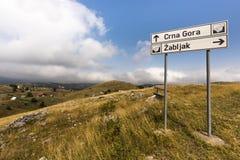 Paesaggio collinoso adorabile su una strada turistica attraverso il parco nazionale di Durmitor nelle alpi di Dinaric con i carte Immagine Stock Libera da Diritti