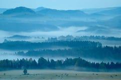 Paesaggio collinoso con nebbia Immagine Stock Libera da Diritti