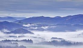 Paesaggio collinoso con nebbia Fotografie Stock Libere da Diritti