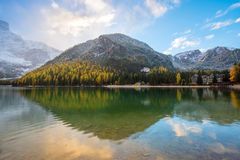 Paesaggio commovente di autunno con alba sopra il lago su Fanes-Senn Fotografia Stock