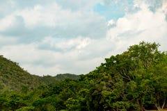 Paesaggio con catena montuosa fotografie stock libere da diritti