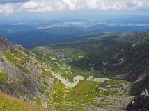 Paesaggio con due laghi della montagna, erba verde delle montagne di Krkonose fotografie stock libere da diritti