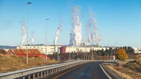Paesaggio con fumo sopra la fabbrica dello stabilimento per la produzione di cellulosa Immagini Stock Libere da Diritti
