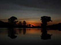 Paesaggio con gli alberi ed il tramonto. Fotografie Stock Libere da Diritti