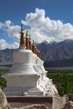 Paesaggio con gli stupas sulla priorità bassa della montagna Fotografie Stock
