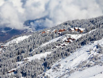 Paesaggio con i chalet dello sci, Meribel, le alpi di Snowy Immagini Stock Libere da Diritti