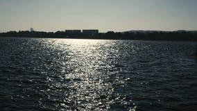 Paesaggio con i chiarori del sole su un mare archivi video