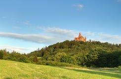 Paesaggio con il castello di Bouzov fotografia stock libera da diritti