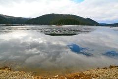Paesaggio con il cielo riflesso in un lago Fotografie Stock Libere da Diritti