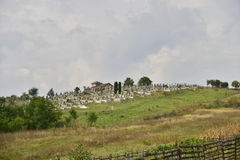 Paesaggio con il cimitero e la cappella sulla collina Fotografie Stock Libere da Diritti