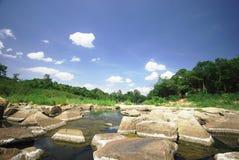 Paesaggio con il fiume calmo con le pietre fotografia stock libera da diritti