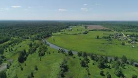 Paesaggio con il fiume e gli alberi stock footage