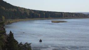 Paesaggio con il fiume e la piccola barca archivi video
