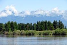 Paesaggio con il fiume e le montagne Fotografia Stock Libera da Diritti