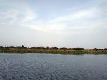 Paesaggio con il fiume e le nubi immagine stock libera da diritti