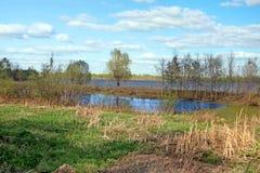 Paesaggio con il fiume ed il cielo blu Fotografie Stock Libere da Diritti