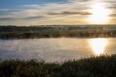 Paesaggio con il fiume in foschia Fotografie Stock