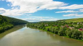 Paesaggio con il fiume, le colline ed il villaggio archivi video