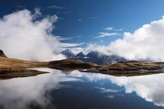 Paesaggio con il lago della montagna in Georgia fotografia stock libera da diritti