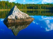 Paesaggio con il lago della piramide del granito Immagini Stock Libere da Diritti