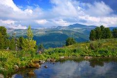 Paesaggio con il lago delle montagne Fotografia Stock