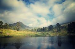 Paesaggio con il lago delle montagne Fotografie Stock