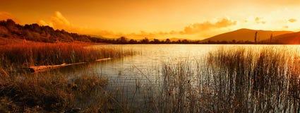 Paesaggio con il lago e le montagne fotografia stock