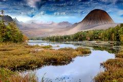 Paesaggio con il lago e le montagne fotografia stock libera da diritti