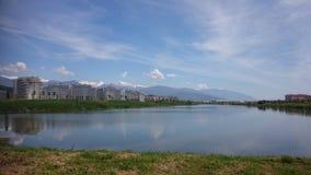Paesaggio con il lago e le montagne Soci immagine stock