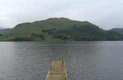 Paesaggio con il lago ed il molo Immagini Stock Libere da Diritti