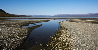 Paesaggio con il lago Tornetrask, Norrbotten, Svezia fotografia stock libera da diritti