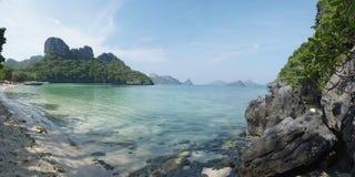 Paesaggio con il mare e le isole tropicali Immagini Stock