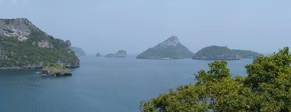 Paesaggio con il mare e le isole tropicali Fotografia Stock