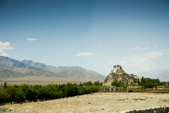 Paesaggio con il monastero buddista e le montagne Immagine Stock