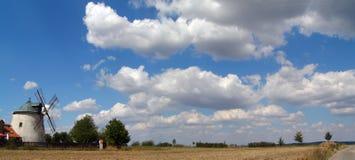 Paesaggio con il mulino a vento Fotografie Stock Libere da Diritti