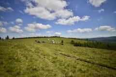 Paesaggio con il paesino di montagna in lontano Fotografie Stock Libere da Diritti