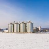 Paesaggio con il silo e bianco come la neve Immagini Stock