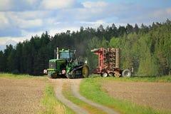 Paesaggio con il trattore a cingoli di John Deere 9520T Fotografia Stock